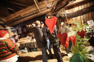 De första besökarna kom redan en halvtimme innan marknaden öppnade på lördagen.