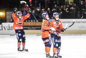 Tobias Björklund gratuleras av Christian Mickelsson efter sitt 4–1-mål, Patrik Nilsson jublar i bakgrunden.