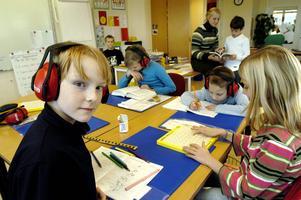 En allt vanligare syn. För att skoleleverna ska få lugn och ro måste de bära hörselkåpor.