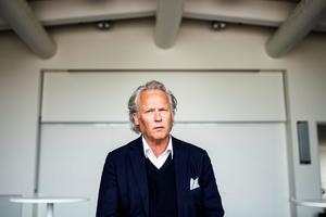 """Det tog Klas Östergren ett tag att komma in i Svenska Akademiens arbete och rutiner. Men nu har han hittat skrivtiden och är tillbaka med boken """"I en skog av sumak""""."""