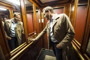 Med den gamla hissen öster om foajén tar Per Persson oss upp till vindsvåningen.