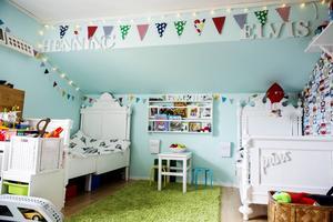 I syskonens delade rum är det lekfullt och färgglatt. Storebror Henning fick välja tapeten.