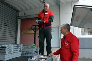 Två dagar i veckan får Frälsningsarméns Henry Lindell hämta mat med kort datum hos Roger Högberg i Örnsköldsvik.