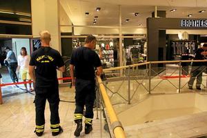 Brandkåren kunde snabbt konstatera att det inte rörde sig om någon brand, men sedan återstod det besvärliga vattnet. Efter en stund kom vattendammsugare som kunde evakuera det vatten som rann ut i huset.