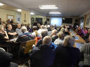 I en proppfull lokal höll Karl Hedin föredrag och fakta i vargfrågan.