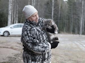 Nadja Eriksson tycker gårdens nykomling är social. Men att bli fotograferad gillar den inte.