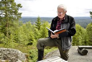 Gästböcker. Vid några av rastplatserna med vindskydd finns gästböcker som ger en vink av hur många som vandrar på Silverleden. Åke Nyström läser några besökares betraktelser.