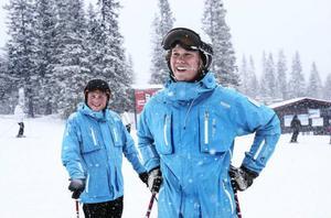 – Åh, va skönt! Nu kan vi andas. Ja, hela Skidlärarsverige kan andas ut, säger Nils Essén, elev  i Åre.Kollegan Kristoffer Rosenblad står i bakgrunden.