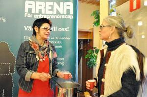 Gun-Lis Bergman från Arena för entreprenörskap pratar med Karin Nylén Paulsson från Herrö Getgård.