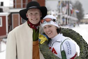 Glada Morabor. Lars Suther var kransmas och fick hänga kransen kring halsen på Moraboende Susanne Nyström, som vann Tjejvasan och tävlar för Piteå. Foto: Jörgen Wåger