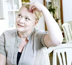 Anna-Sofia Winroth vill med sin bok uppmärksamma baksidan av kakaobranschen. Förutom att vara författare har hon också drivit Gefle Chocolateri. Men hon säger att hon kan åstadkomma större förändring med pennan än med pralinen.