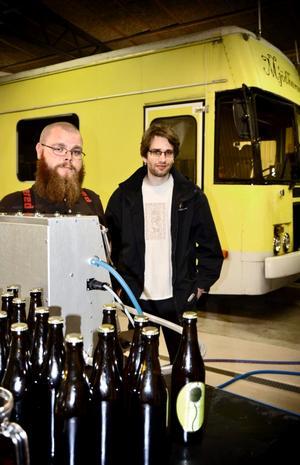 En rullande mjödfabrik. Joel Karlsson och Johan Pihl har startat ett mobilt bryggeri. Mjödet bryggs i bussen och lagras sedan i Hällefors.
