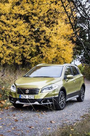 Suzuki SX4 S-Cross är större än vanliga SX4 men fortfarande ett prisvärt alternativ för den som vill ha fyrhjulsdrivning och lite högre markfrigång.Foto: Pontus Lundahl/TT