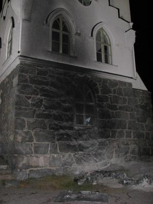 Oskarsborg färgades svart av röken. En fönsterruta sprack av värmen.