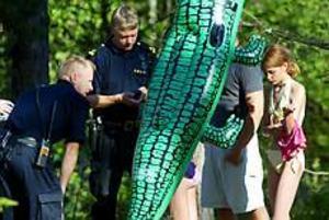 Medtagna. GD var på plats när de två försvunna flickorna hittades gående längs Bönavägen. Efter att ha varit försvunna två timmar från badet vid Engeltofta fick kustbevakningen tips om två tjejer som promenerade på cykelbanan med en grön krokodil.Foto: Frank Julin