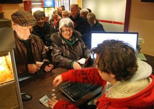 Mikaela Larsson har fullt upp med biljettförsäljningen till seniorbion.
