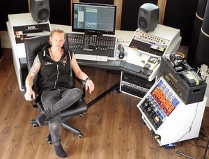 Erik Mårtensson har byggt en studio hemma i Sollerön.