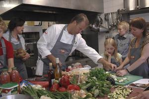 EN MÄSTERKOCK. Fredrik Erikssons rosmarinkyckling var en rätt som de fick lära sig på matlagningskursen