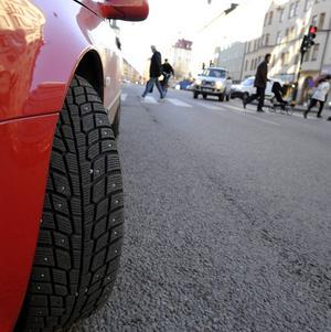Ska det vara tillåtet med dubbdäck i storstaden? Nej, tycker MP, som bara vill ge taxiföretag dispens.