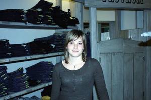 Jessica Eriksson, 15, Älvros– Jag är på Gränganz i Sveg och får sätta prislappar, stå i kassan och fylla på varor. Jessica kan tänka sig att arbeta i en klädaffär. Hon hoppas även på ett sommarjobb.Enkät: Johan Olsson (Prao)