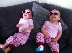 I Kolbäck skiner alltid solen. Coola tvillingtjejerna Alva och Agnes