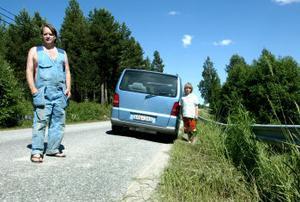 Delar av vägen har en väl kraftig lutning tycker Ingemar Edblom och hans son Hampus.