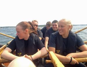Ungdomarna fick känna på hur det är att ro en valbåt.