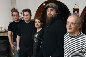 CG Hildings orkester består av Miika Pihanen, Peter Subäck, Erika Karlsson, Jonas Nordström, Johnny Walther och Lasse Hägg, som saknas på bilden.