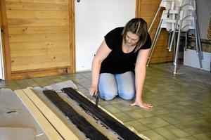 Kul. Malin Hedlund ägnade söndagsförmiddagen till att måla brädor. Hon tycker det är kul att kunna hjälpa idrottsföreningen.  BILD: INGVAR SVENSSON