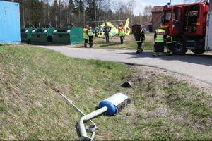 Parets bil åkte ned i diket men klarades sig från att volta. I samband med avåkningen förstördes en fartkamera och en lyktstolpe