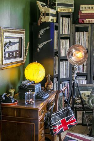 Ett stativ, en gammal kamera och en popcornskål från Ikea blev en lampa i Mikaels händer.
