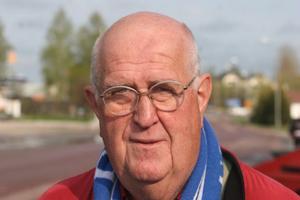 Halsduken avslöjar var Börje Lindblom har sina sympatier. Han missar ytterst sällan en hemmamatch i Sundsvall.Nu lockar han med andra företagare och deras familjer på fotbollsresa.