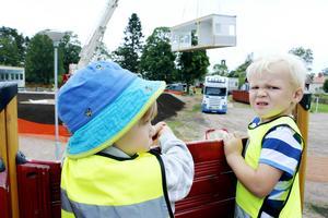Några av barnen som ska flytta in i den nya förskolan var på plats för att inspektera bygget.