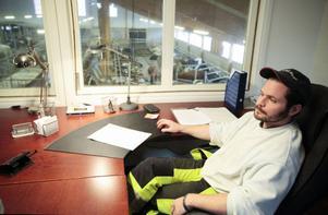 Personalutrymmen och administration är inrymda i ladugården. Från skrivbordet har Nils Björid överblick över djuren och han slipper ha pappersarbetet i bostaden.