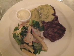 Verovins steak frites är en magnifikt välsmakade biff, perfekt rosa, tyvärr med en ganska trist och intetsägande bearnaise till.