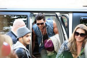 Eric Saade anlände till Stora torget och passerade fansen utan att skriva autografer den gången.
