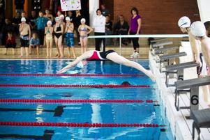 Sarah Wallin är Gävle Simsällskaps nya stjärnskott. Hon simmar 50 meter bröstsim på 42,40 sekunder, vilket är riktigt bra för hennes ålder.