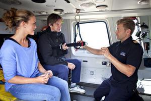 Markus Friberg instruerar Frida Tedenby ochh GD:s Roger Wallenius hur man ska göra i helikoptern vid en nödsituation.
