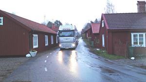 TRÅNGT. Minst en gång om dagen dundrar långtradare eller timmerbilar fram på Bruksgatan i Tobo. De boende befarar att ekipagen ska köra rakt in i en länga på den trånga gatan.