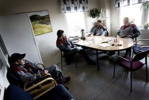 dystert. Stämningen i fikarummet på renseriet är dyster. De som funderar över sin framtid är Svein Hansen, Patrik Axlund, Bert Ljunggren och Urban Nilsson.