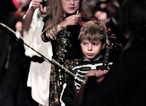 Lite pirrigt var det att stå på scen, tyckte Alexander Hedlund som satt långt fram med sin cello. Han tycker att det är kul att spela, så kul att han nog ska göra det i hela sitt liv.Foto: Gun Wigh