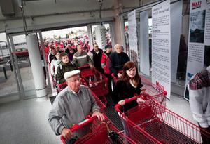 Med gratis skinka och plattång till håret lockades morgonpigga kunder till butiken när den premiäröppnade.Foto: Håkan Luthman