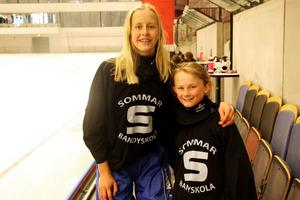 Sara Nordqvist och Amanda Fabel blev vänner genom SAIK:s sommarbandyskola.
