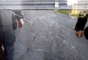 Stenen gick igenom båda glasen på köksfönstret.
