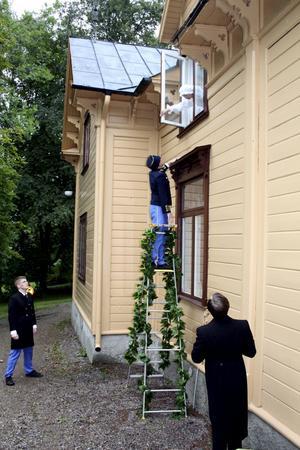Försenad igen. Mitt i natten, efter engagemang i idrotten tjänst, kommer Viktor Balck hem och hustrun Anna får hjälpa honom in. Bild: JAN WIJK