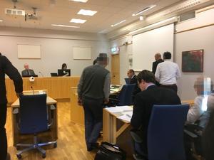 Rättegång om människosmuggling där åtalet mot två män ogillades och den tredje dömdes för ringa människosmuggling.
