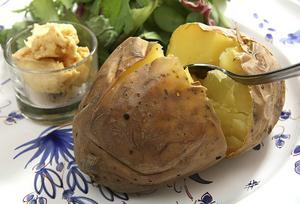 Bakad potatis trivs i sällskap med ett gott aromsmör.