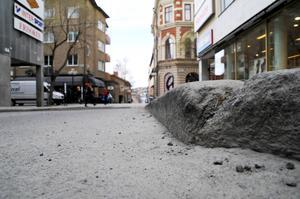 De höga trottoarkanterna på Postgränd ska bli lägre genom en höjning av gatunivån.
