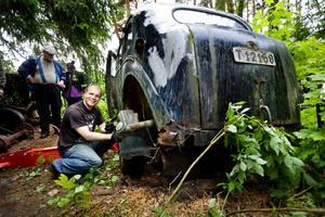 Sugg-samlare. Anders Axelsson förbereder bogseringen av Volvo-Sugga nummer 15 i samlingen hem till Norrköping.
