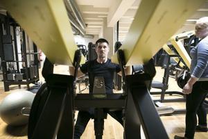 På senare tid har Jonas plockat bort vikter från maskinerna för att få in rätt teknik, förstå och känna vilka delar av kroppen han tränar.